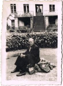 julian stec w ogrodzie